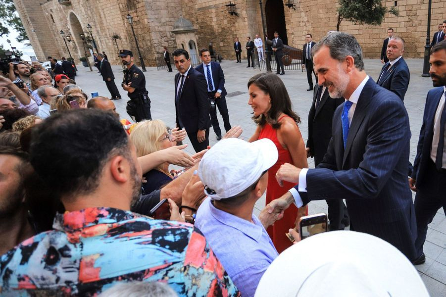 La reine Letizia et le roi Felipe VI d'Espagne en bain de foule à Palma de Majorque, le 7 août 2019