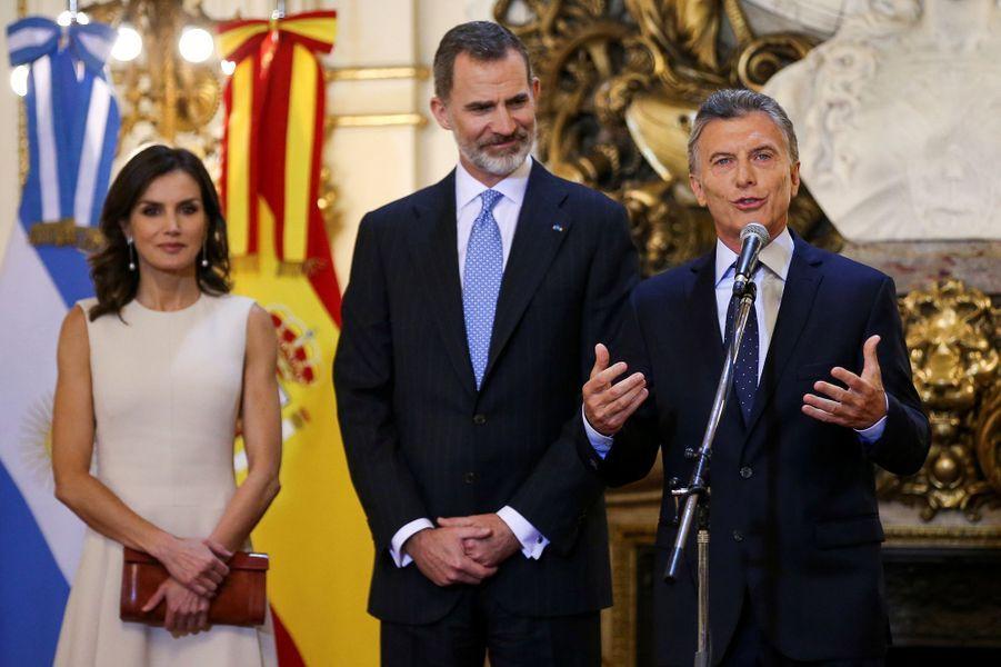 La reine Letizia et le roi Felipe VI d'Espagne avec le président argentin Mauricio Macri à Buenos Aires, le 25 mars 2019