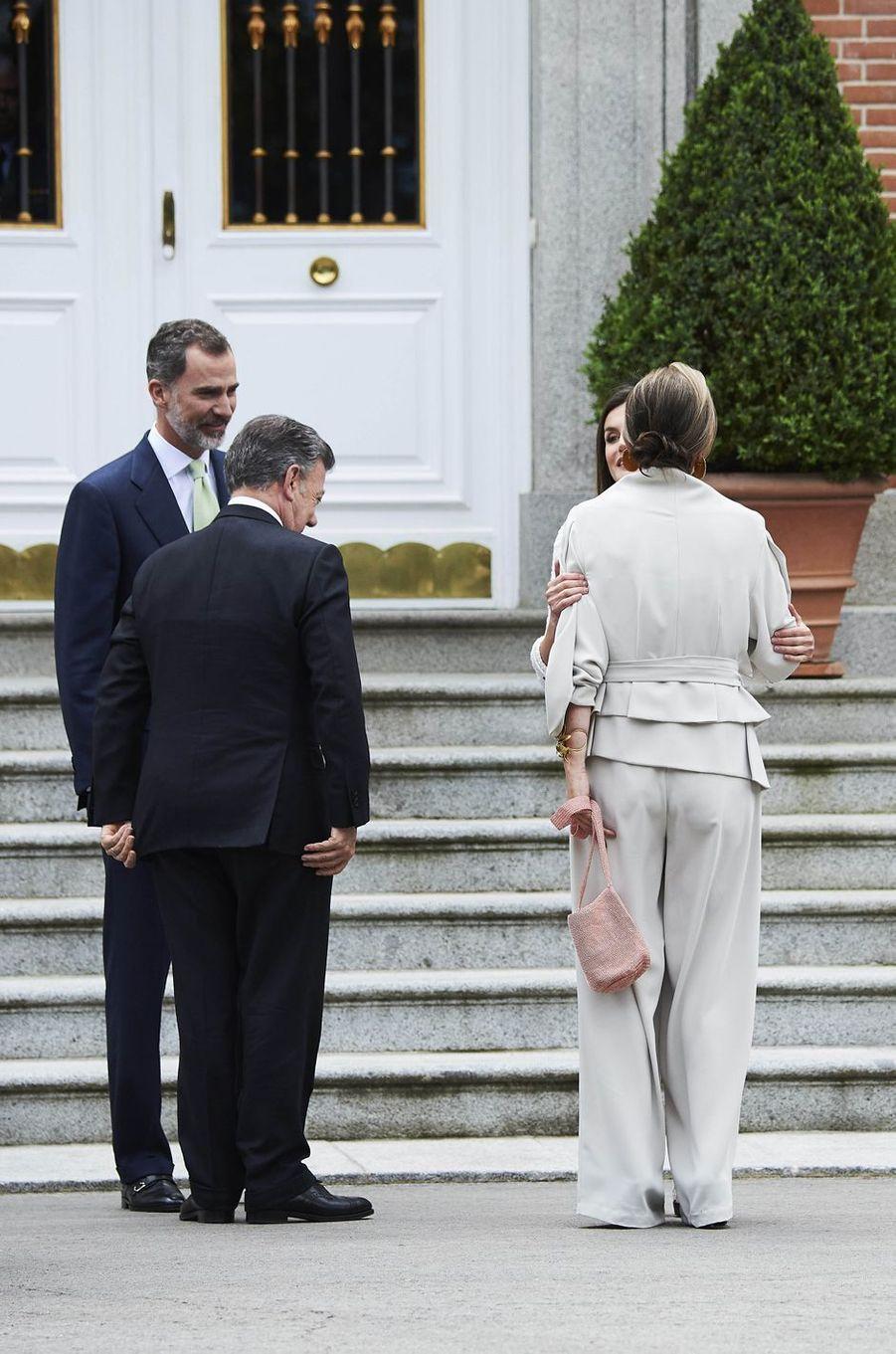 La reine Letizia et le roi Felipe VI d'Espagne accueillent le couple présidentiel colombien au palais de la Zarzuela à Madrid, le 14 mai 2018