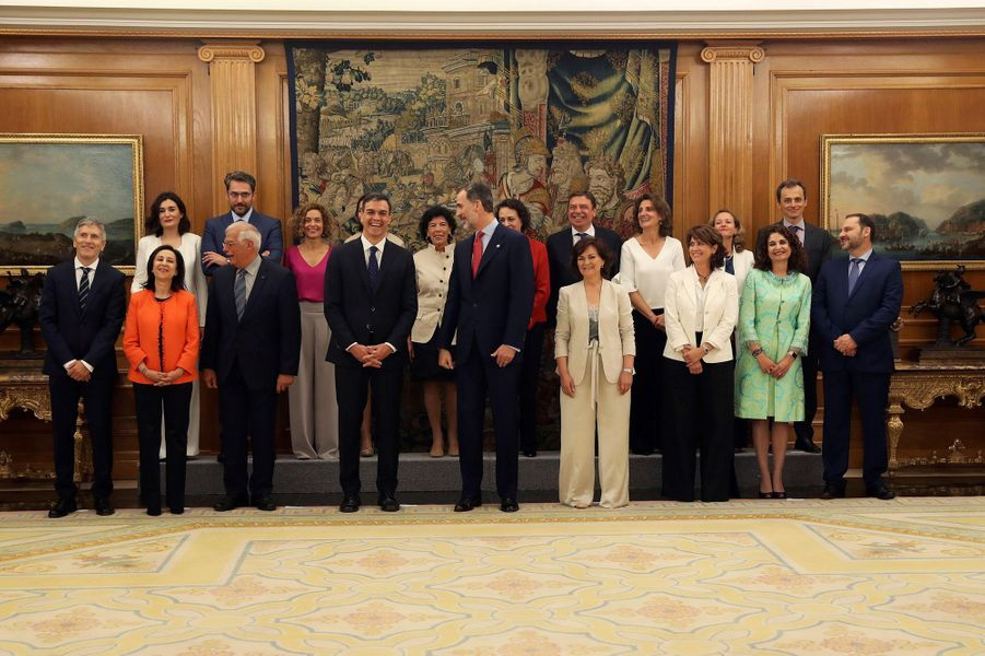 Le roi Felipe VI d'Espagne avec le nouveau gouvernement espagnol à Madrid, le 7 juin 2018