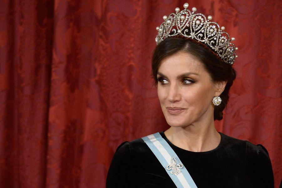 """La reine Letizia d'Espagne coiffée du diadème """"russe"""" à Madrid, le 29 novembre 2018"""