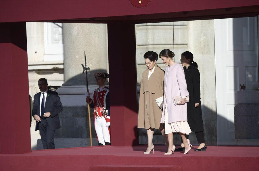 La reine Letizia d'Espagne avec la First Lady chinoise Peng Liyuan à Madrid, le 28 novembre 2018