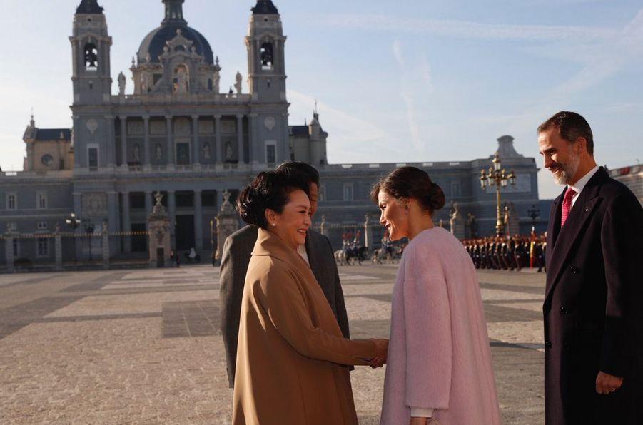 La reine Letizia et le roi Felipe VI d'Espagne accueillent le couple présidentiel chinois à Madrid, le 28 novembre 2018