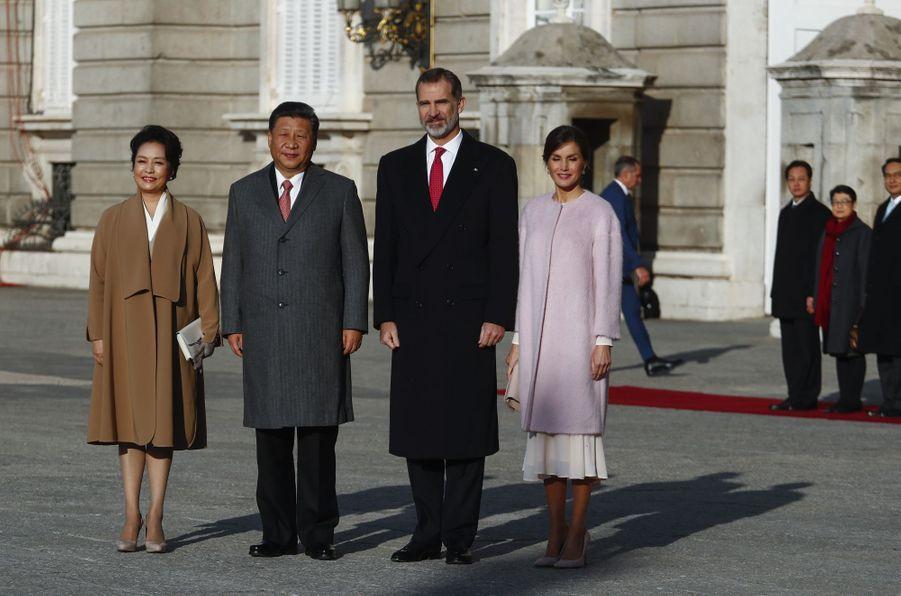 La reine Letizia et le roi Felipe VI d'Espagne avec le président chinois Xi Jinping et sa femme à Madrid, le 28 novembre 2018