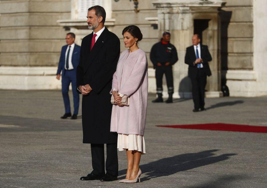La reine Letizia, dans un manteau Carolina Herrera, et le roi Felipe VI d'Espagne à Madrid, le 28 novembre 2018