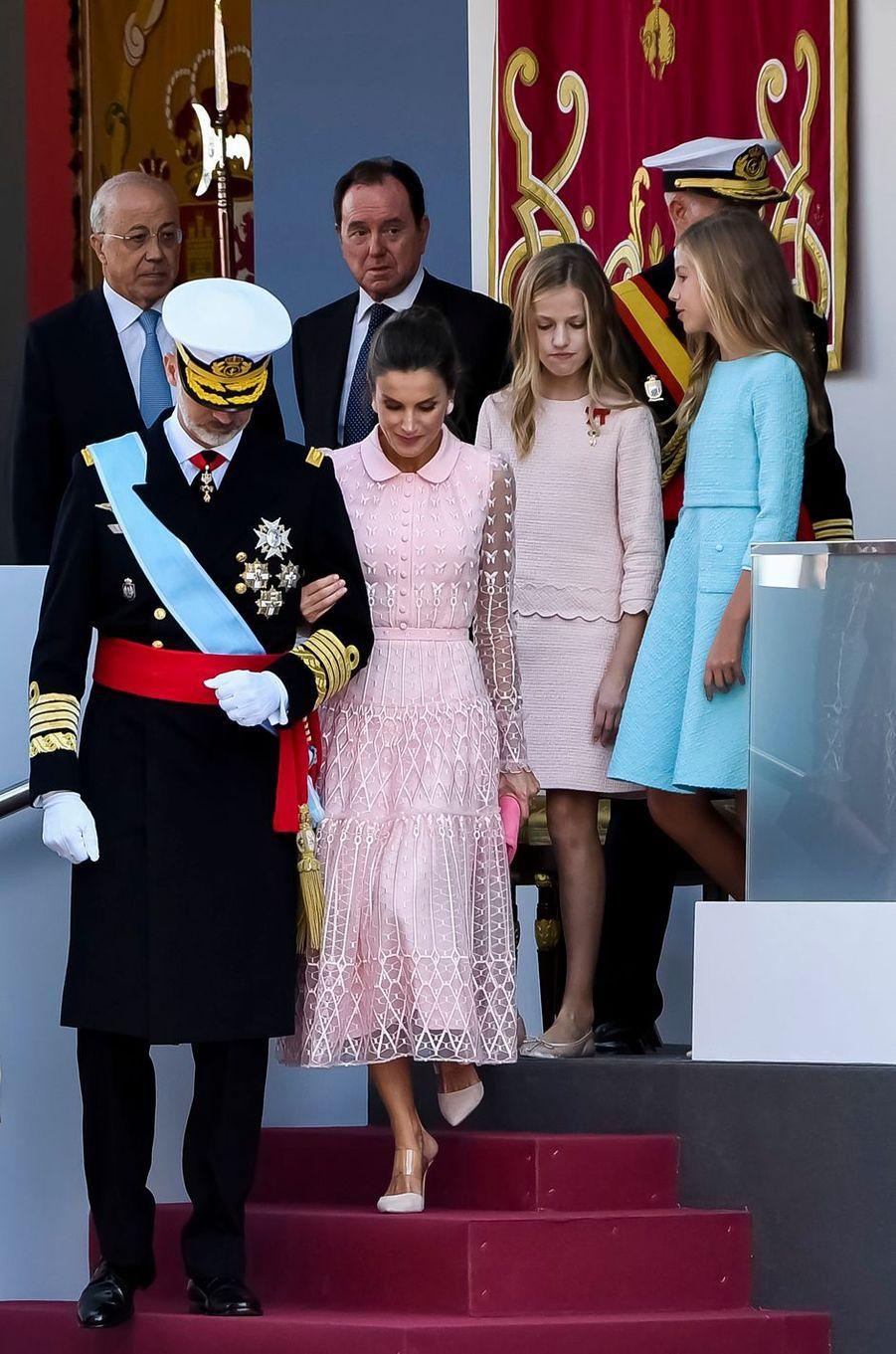 La reine Letizia et le roi Felipe VI d'Espagne avec les princesses Leonor et Sofia à Madrid, le 12 octobre 2019