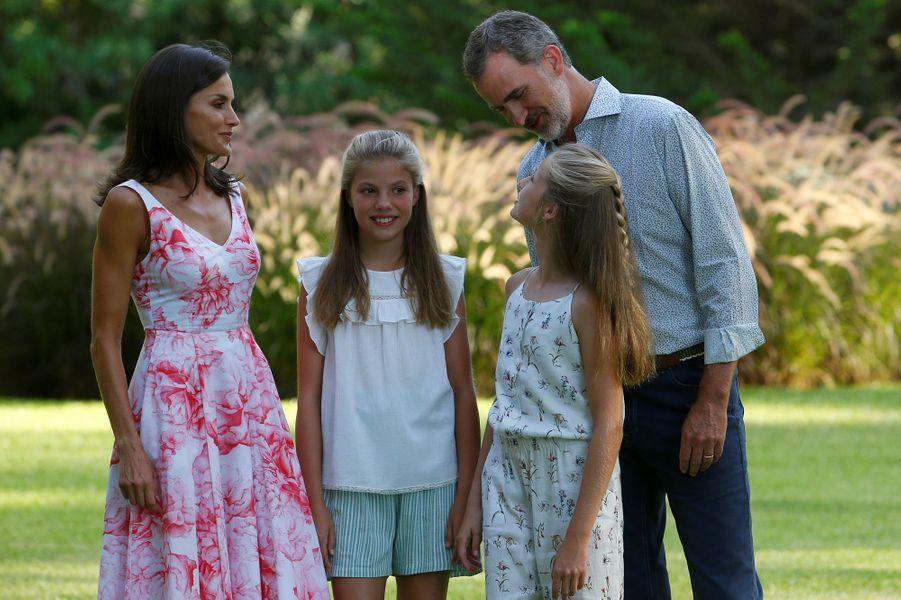 La reine Letizia et le roi Felipe VI d'Espagne avec les princesses Leonor et Sofia au palais de Marivent à Palma de Majorque, le 4 août 2019