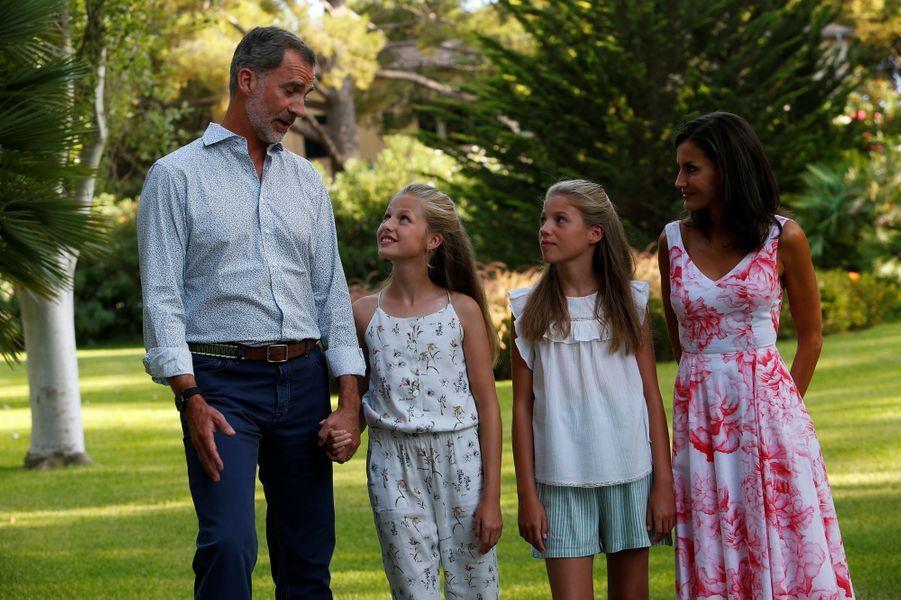La reine Letizia et le roi Felipe VI d'Espagne avec les princesses Leonor et Sofia à Palma de Majorque, le 4 août 2019