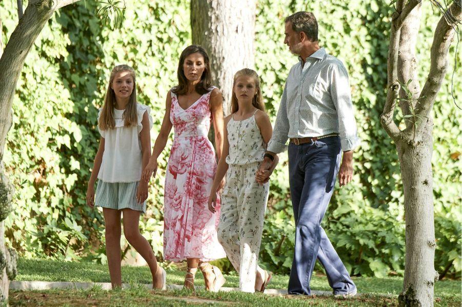 La reine Letizia et le roi Felipe VI d'Espagne avec leurs deux filles au palais de Marivent à Palma de Majorque, le 4 août 2019