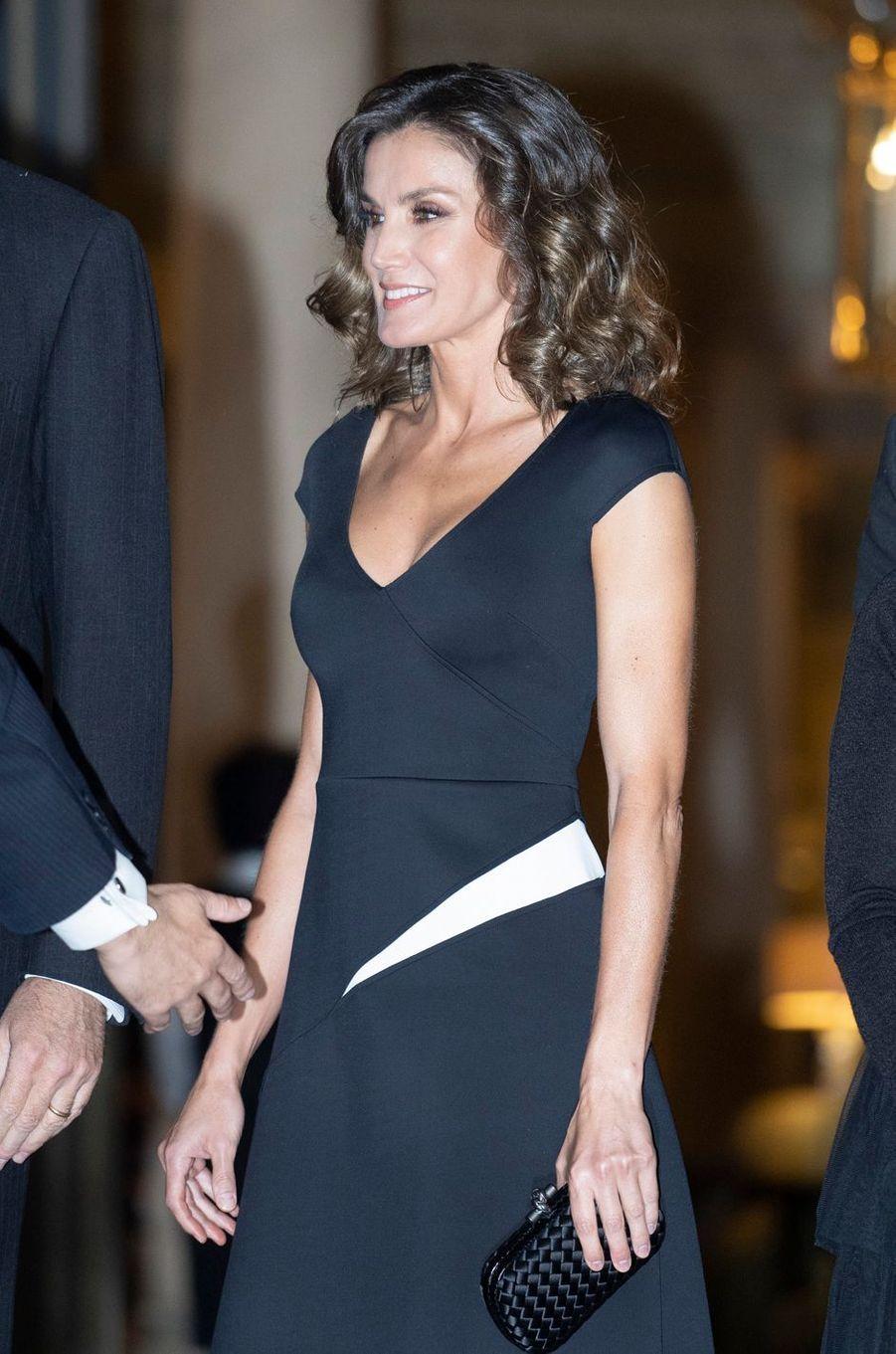Détail de la robe de la reine Letizia d'Espagne à Madrid, le 22 octobre 2018