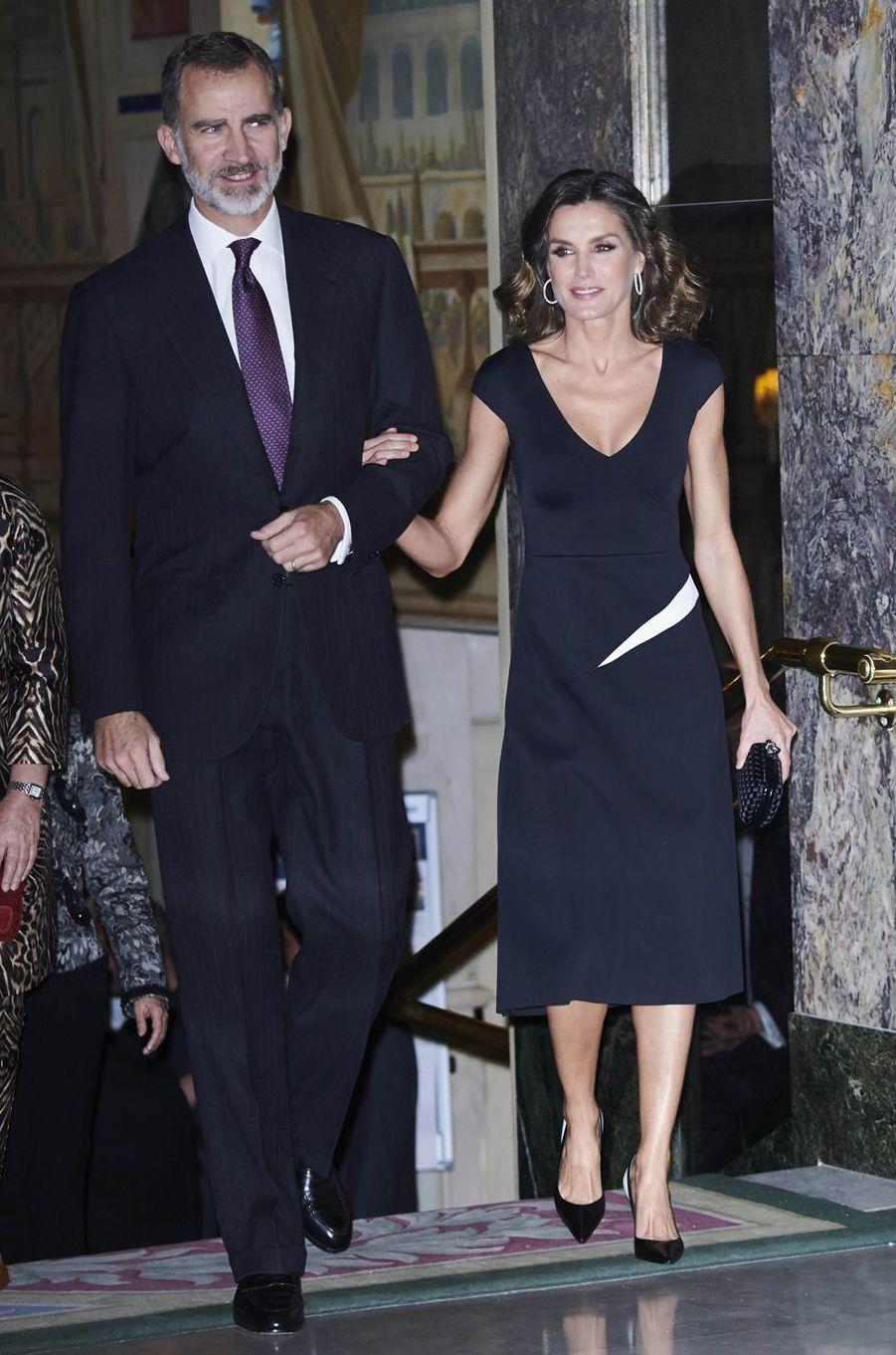 La reine Letizia, dans une robe Carolina Herrera, et le roi Felipe VI d'Espagne à Madrid, le 22 octobre 2018