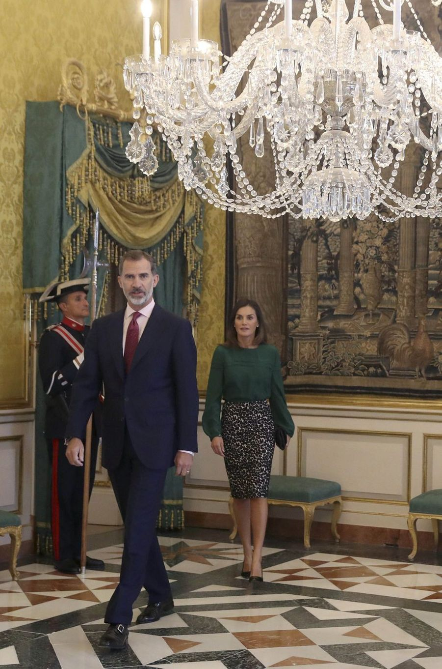 La reine Letizia, en vert et imprimé léopard noir et blanc, et le roi Felipe VI d'Espagne à Aranjuez, le 8 octobre 2018
