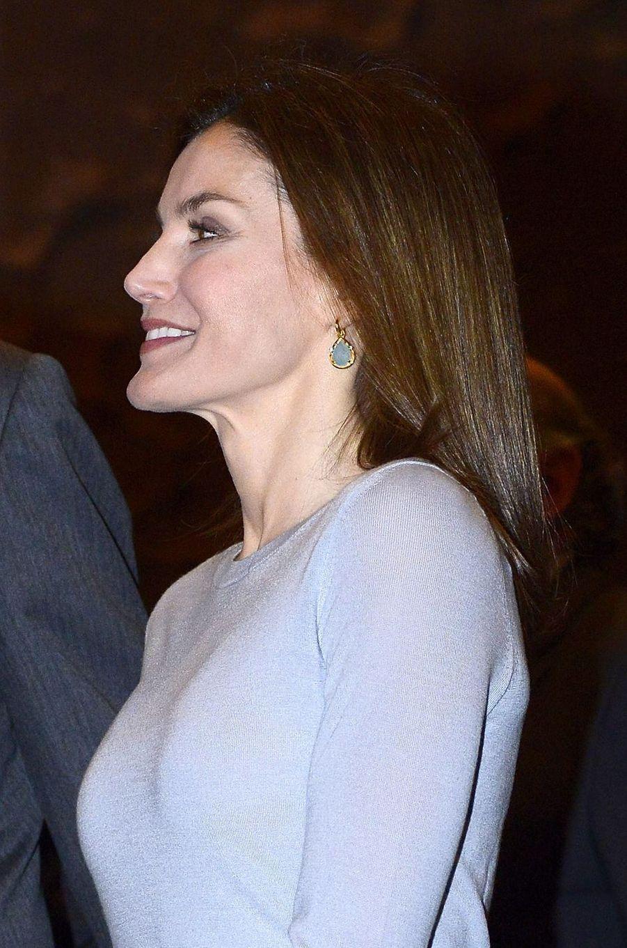 Les boucles d'oreille solidaires de la reine Letizia d'Espagne à Madrid, le 10 avril 2018