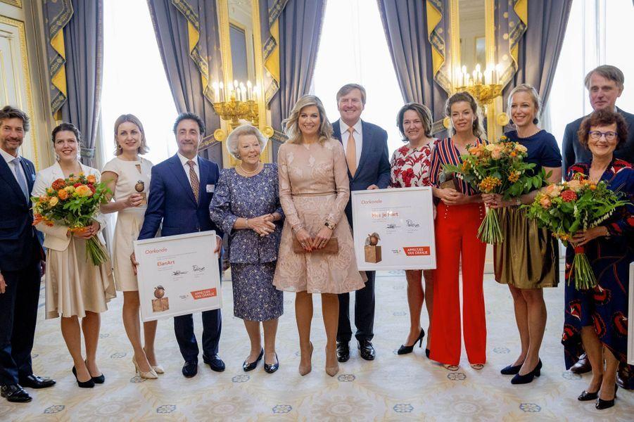 La reine Maxima, le roi Willem-Alexander et la princesse Beatrix des Pays-Bas avec les lauréats des Appeltjes van Oranje à La Haye, le 23 mai 2019