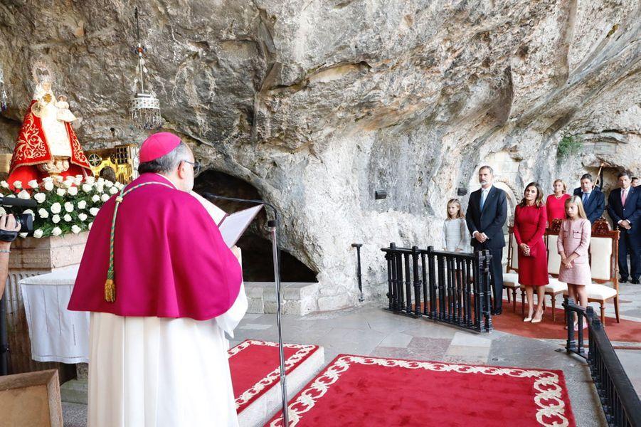 La reine Letizia etle roi Felipe VI d'Espagne avec les princesses Leonor et Sofia dans la Grotte Sainte de Covadonga, le 8 septembre 2018