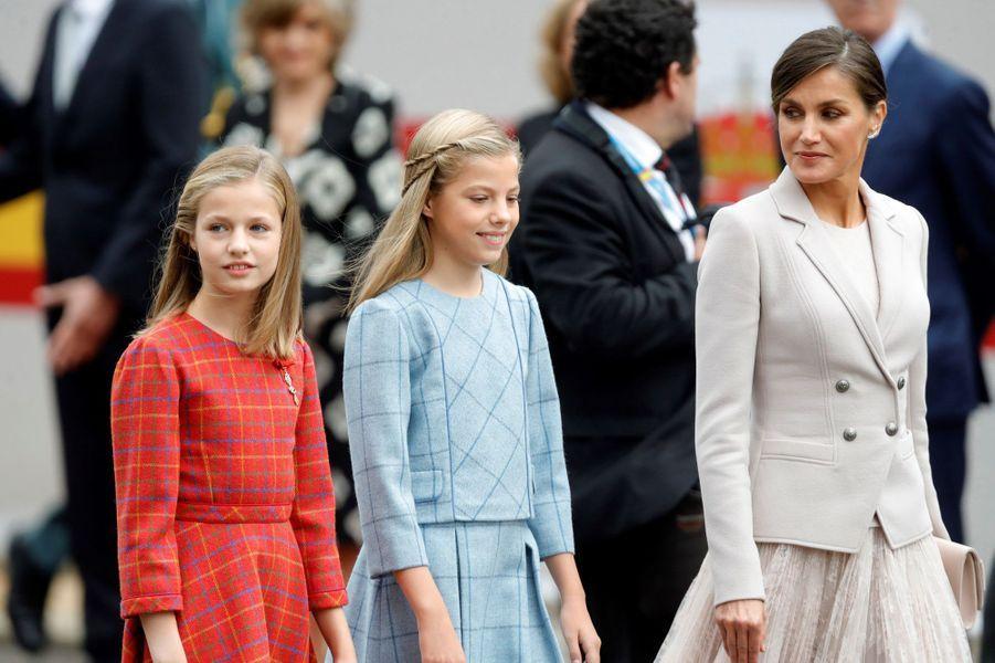 Les princesses Leonor et Sofia avec la reine Letizia d'Espagne à Madrid, le 12 octobre 2018