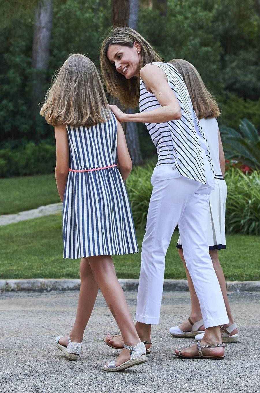 La reine Letizia d'Espagne avec ses filles à Palma de Majorque, le 4 août 2016