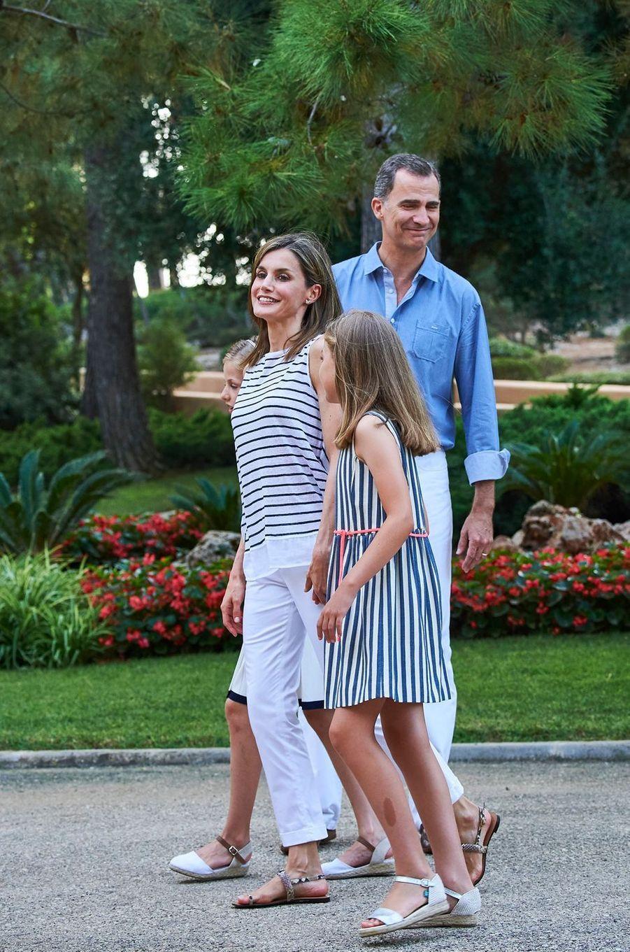 La reine Letizia et le roi Felipe VI d'Espagne avec la princesse Sofia à Palma de Majorque, le 4 août 2016