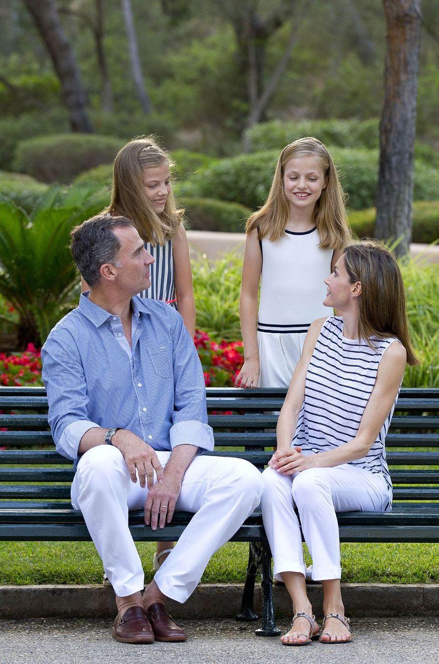 La reine Letizia et le roi Felipe VI d'Espagne avec leurs filles à Palma de Majorque, le 4 août 2016