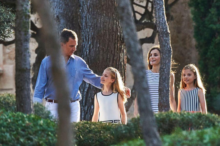 La reine Letizia et le roi Felipe VI d'Espagne avec leurs filles au palais de Marivent à Palma de Majorque, le 4 août 2016