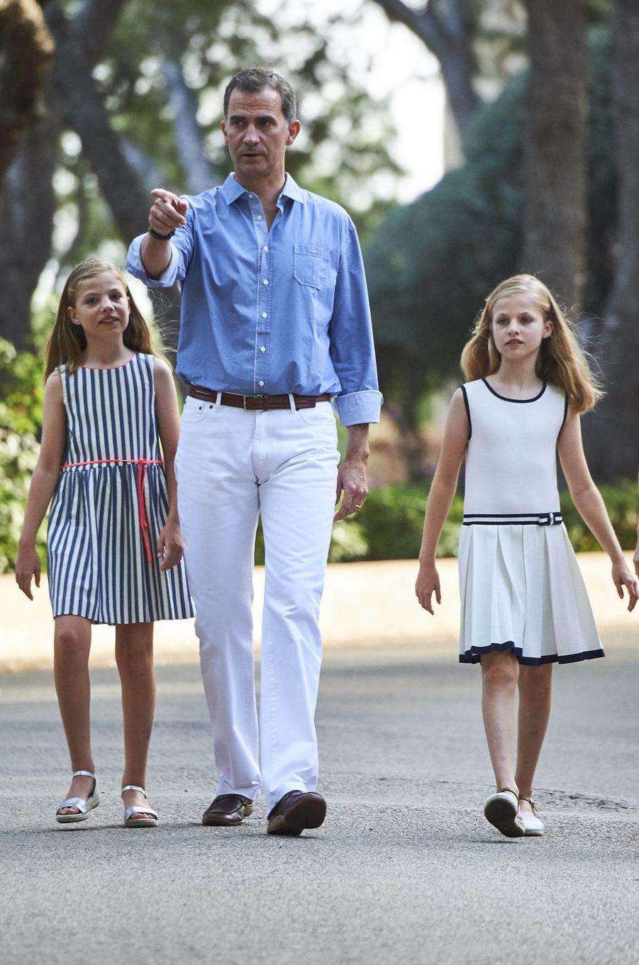 Le roi Felipe VI d'Espagne avec ses filles à Palma de Majorque, le 4 août 2016
