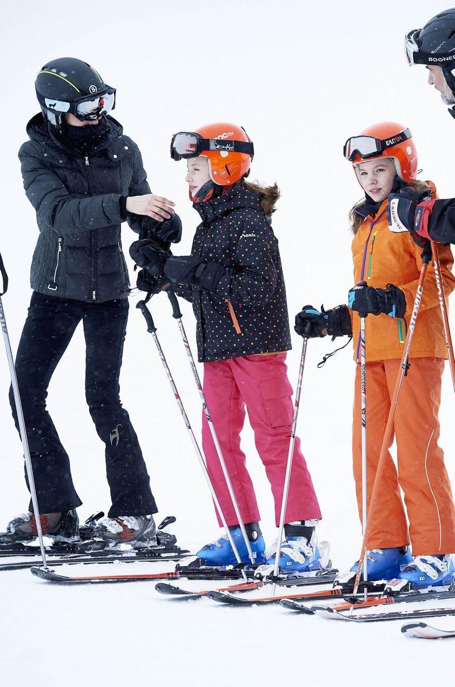 La reine Letizia et le roi Felipe VI d'Espagne avec leurs filles les princesses Leonor et Sofia à Astun, le 5 février 2017