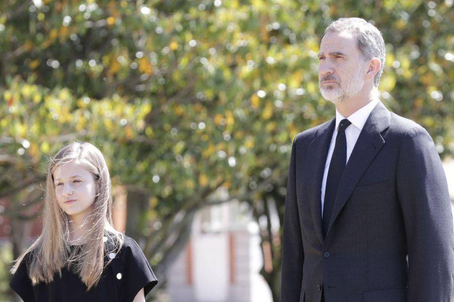 Le roi Felipe VI d'Espagne avec sa fille aînée la princesse des Asturies Leonor à Madrid, le 27 mai 2020