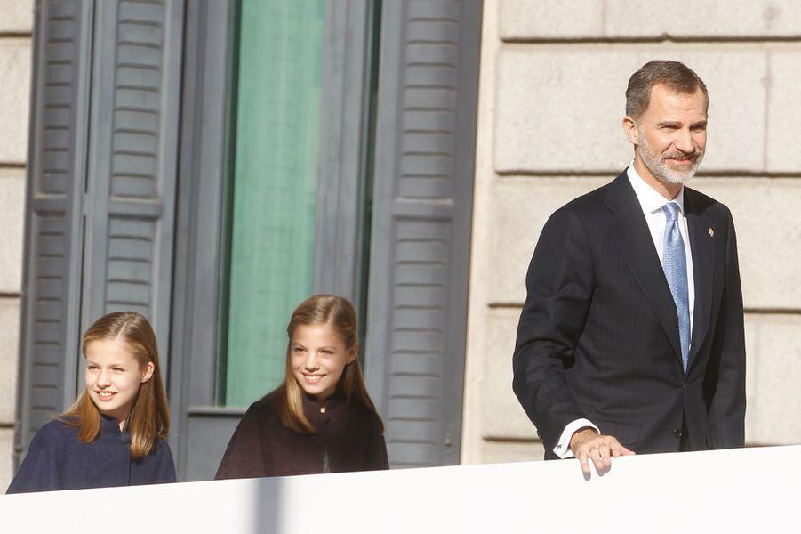 Le roi Felipe VI d'Espagne et ses filles à Madrid, le 6 décembre 2018