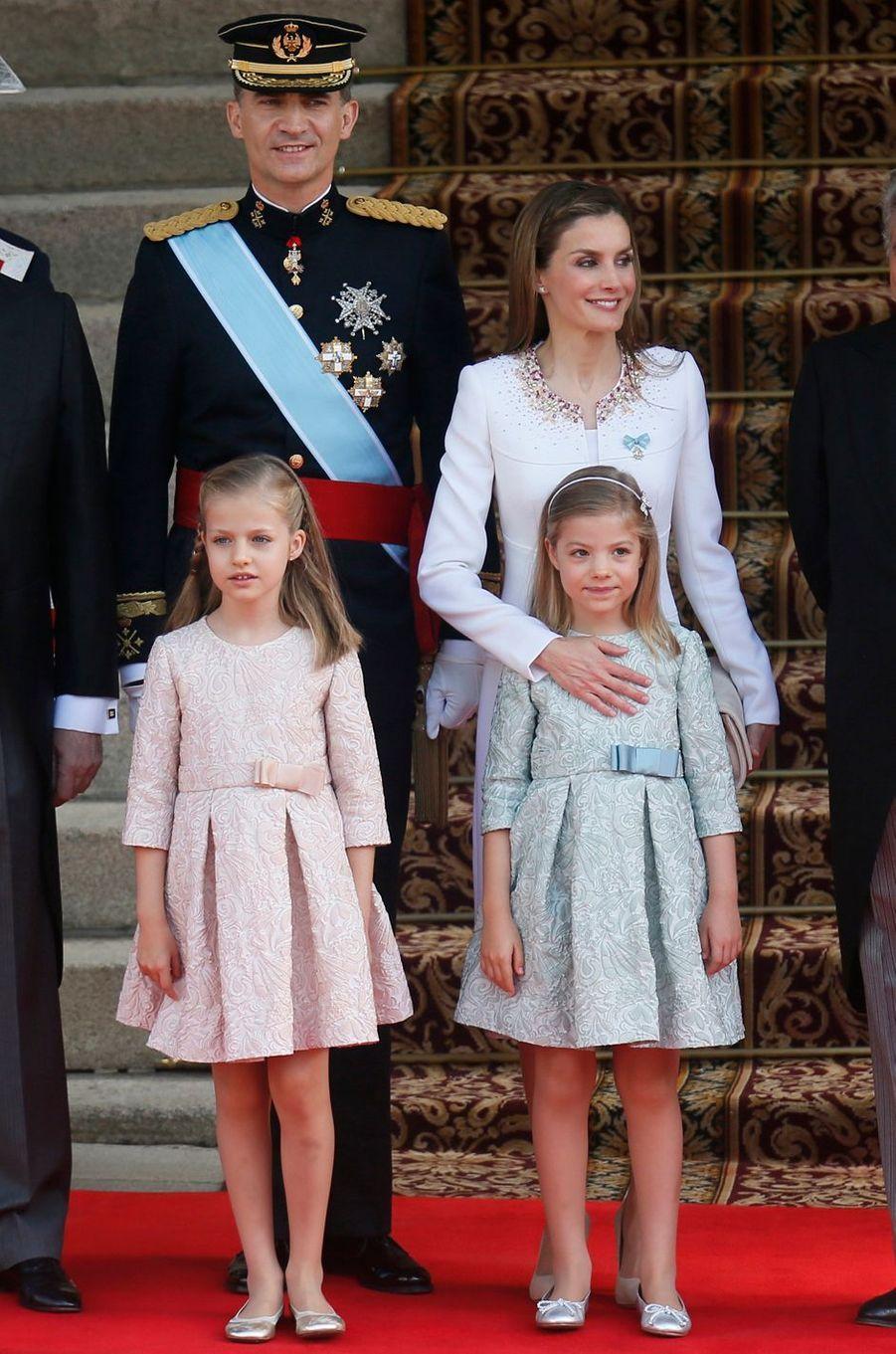 La reine Letizia et le roi Felipe VI d'Espagne et leurs filles, le 19 juin 2014