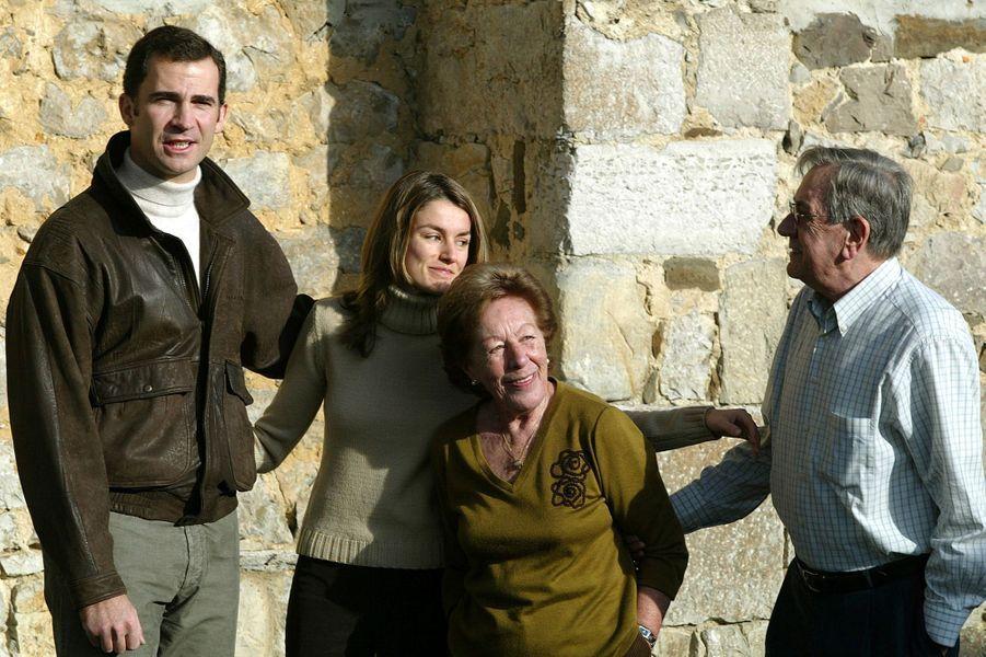Letizia Ortiz avec ses grands-parents, Menchu Alvarez et José Luis Ortiz, et son fiancé le princeFelipe d'Espagne, le 20 décembre 2003