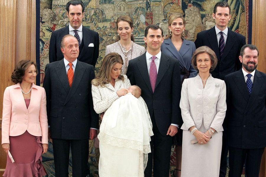 La princesse Letizia et le prince Felipe d'Espagne avec leurs familles au baptême de la princesse Leonor, le 14 janvier 2006