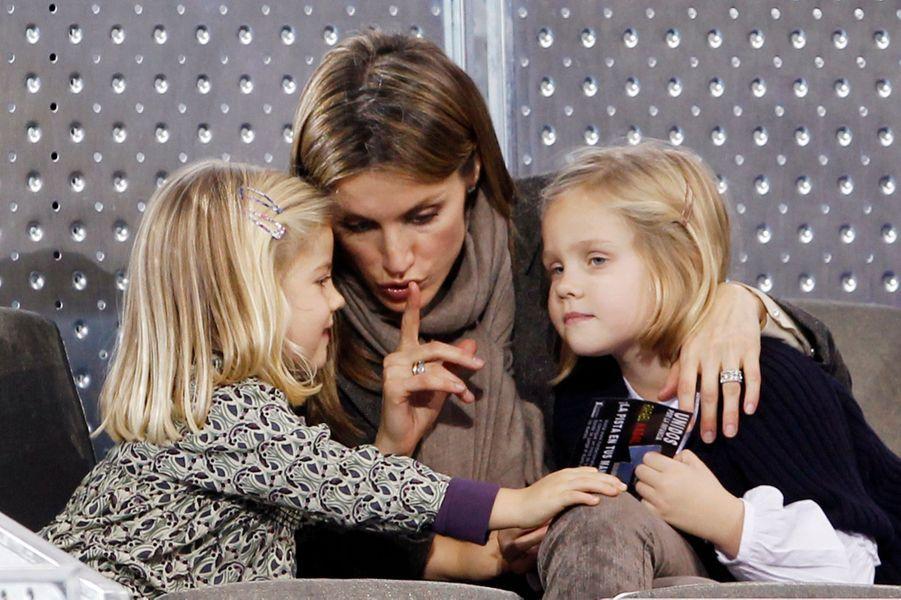 La princesse Letizia d'Espagne avec ses deux filles, le 22 décembre 2010