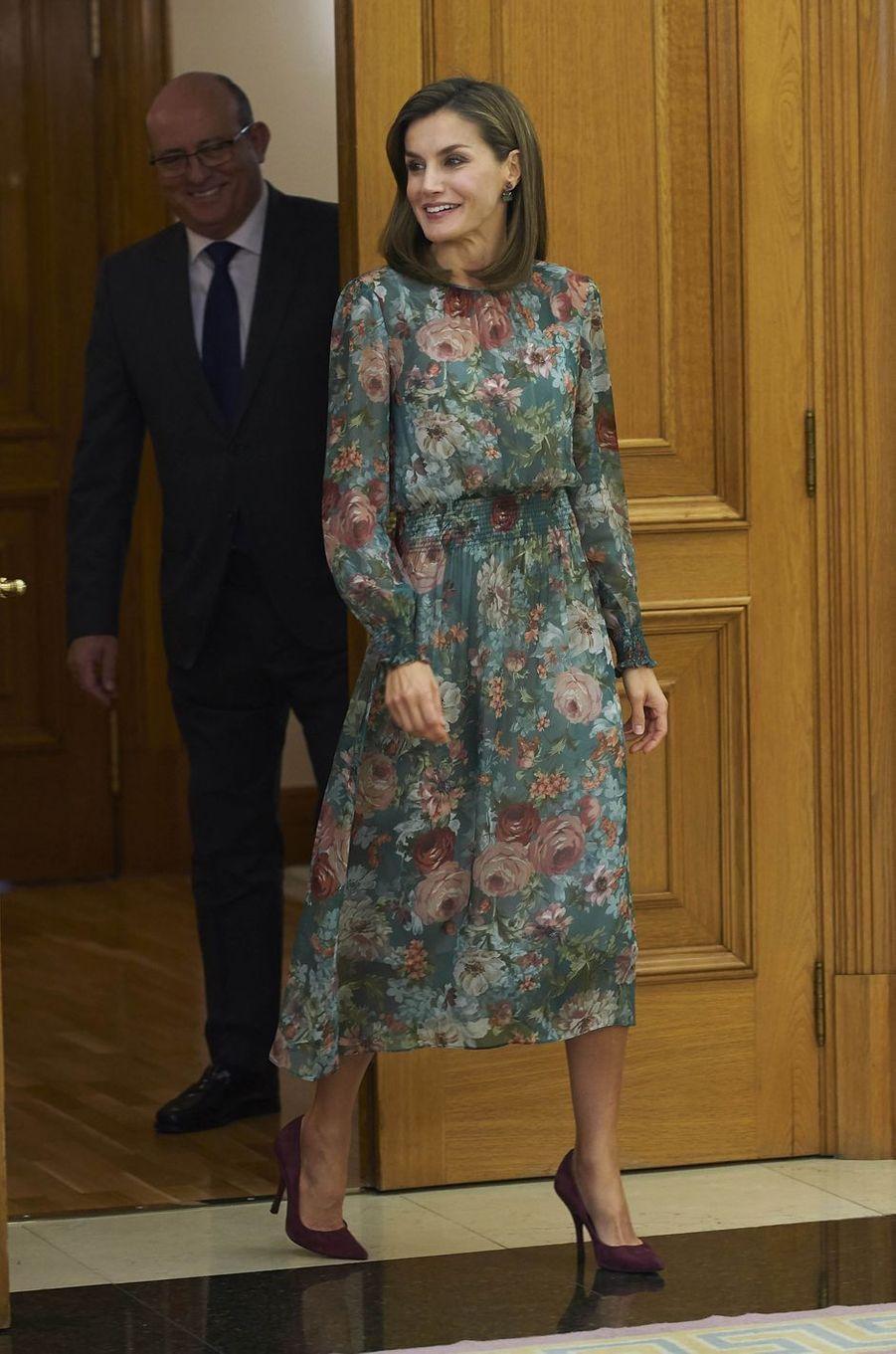 La reine Letizia d'Espagne dans une robe florale Zara à Madrid, le 17 octobre 2017