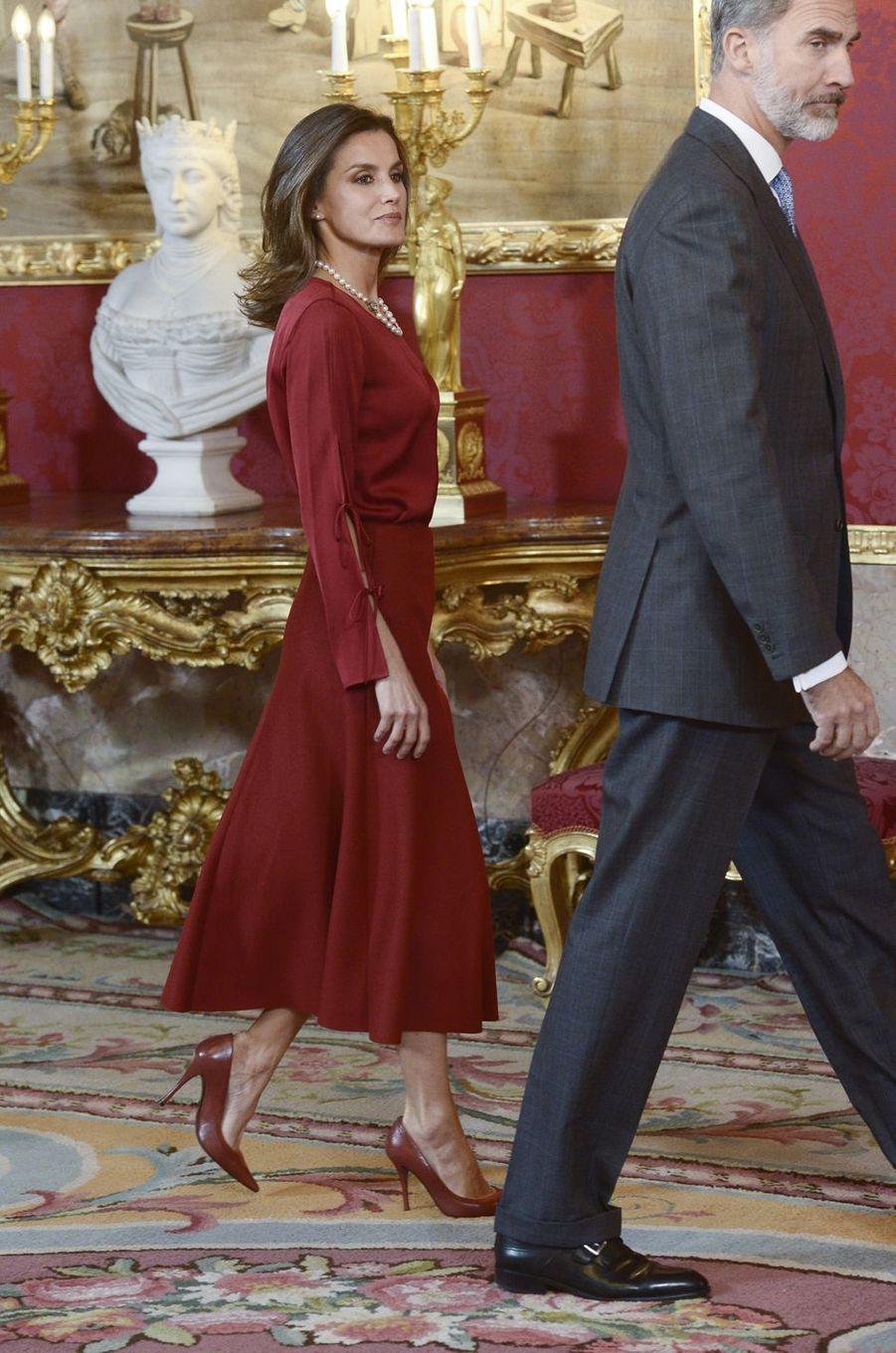 La reine Letizia, dans une robe Hugo Boss, et le roi Felipe VI d'Espagne à Madrid, le 24 octobre 2018