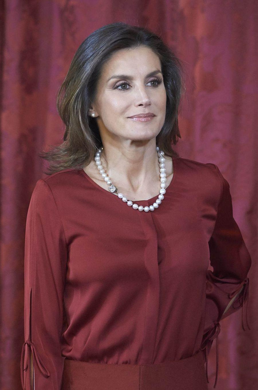 La reine Letizia parée du collier de perles russes des reines d'Espagne à Madrid, le 24 octobre 2018