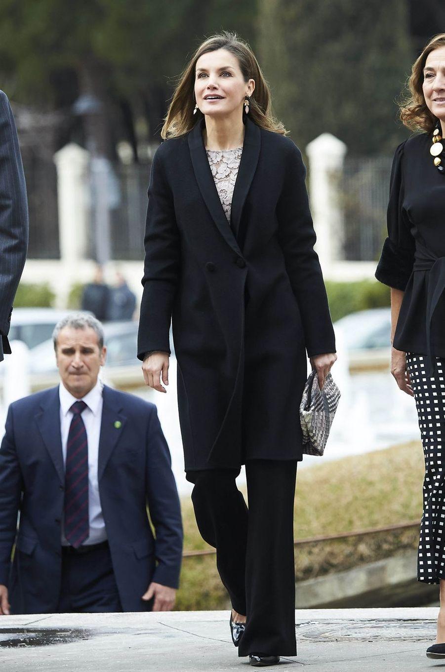 La reine Letizia d'Espagne arrive à Mostoles, le 12 février 2018