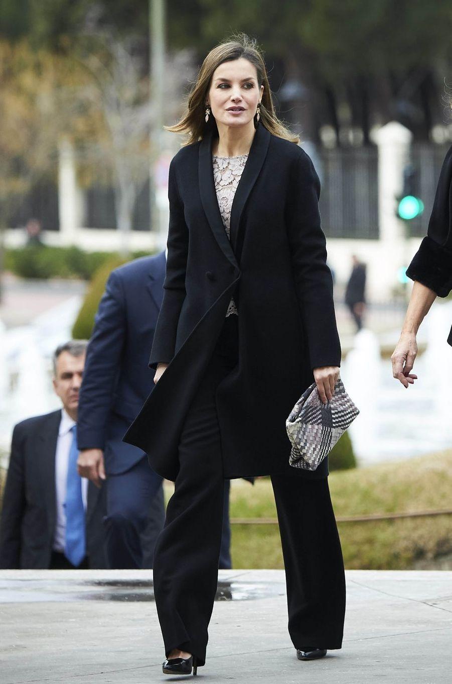 La reine Letizia d'Espagne cache un top Zara sous son manteau à Mostoles, le 12 février 2018