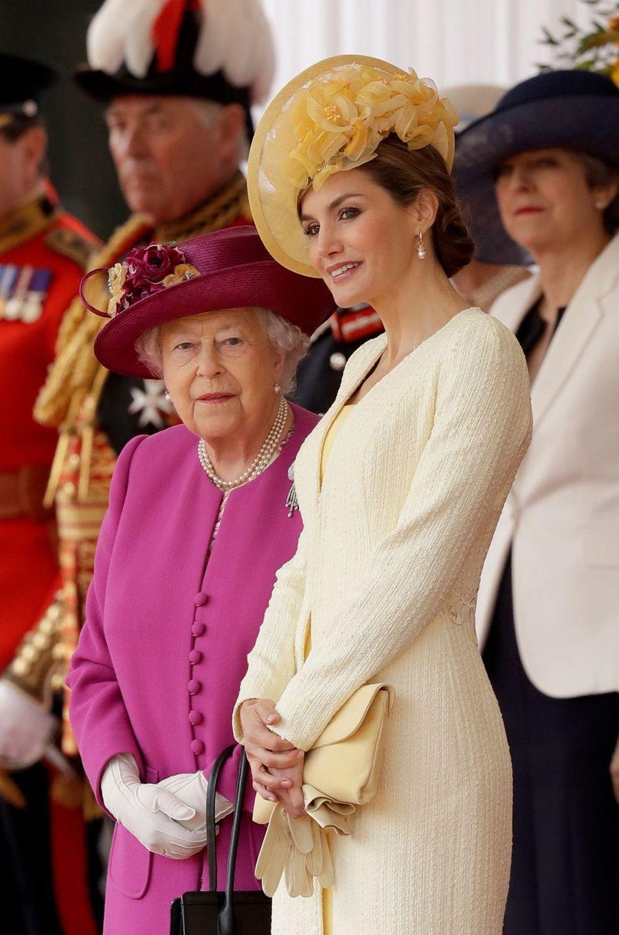 La reine Letizia d'Espagne avec la reine Elizabeth II à Londres, le 12 juillet 2017