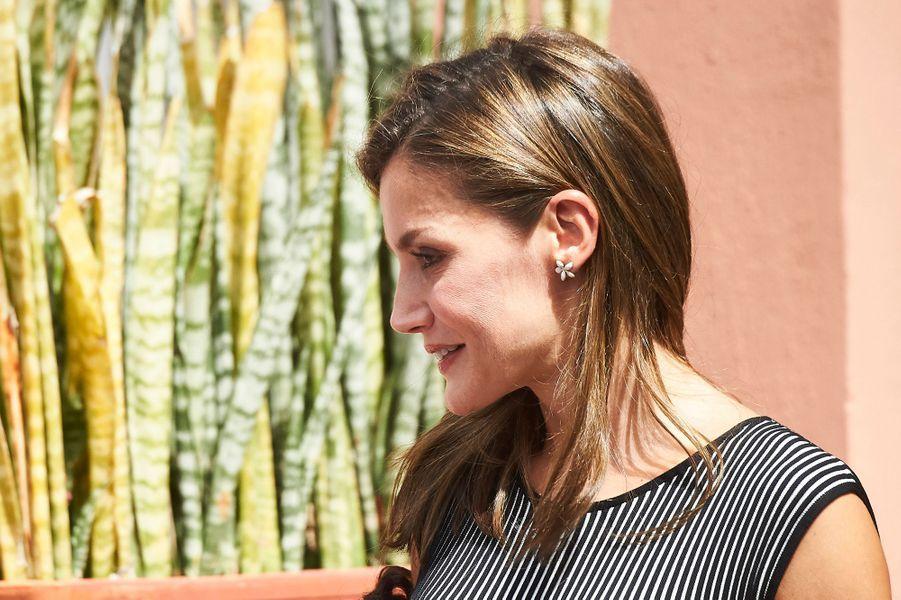 Détail des boucles d'oreille de la reine Letizia d'Espagne à La Laguna, le 19 septembre 2017