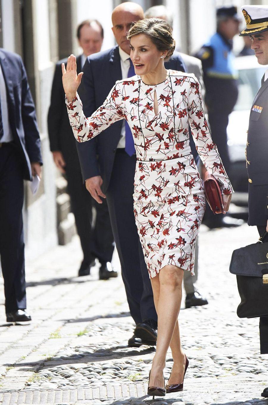 La reine Letizia d'Espagne dans sa robe Carolina Herrera sur l'île de Grande Canarie, le 24 avril 2017
