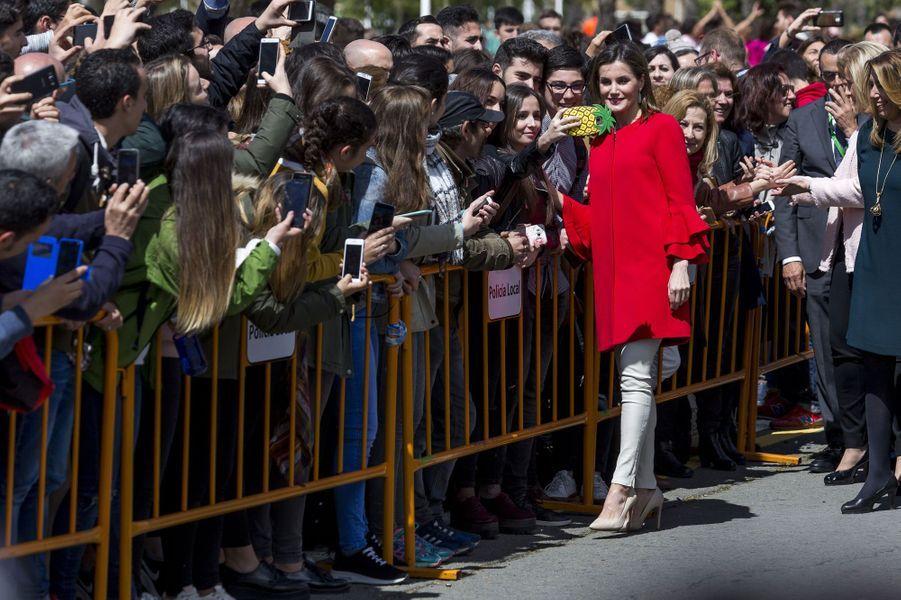 La reine Letizia d'Espagne en Zara et Uterqüe à Huelva, le 11 avril 2018