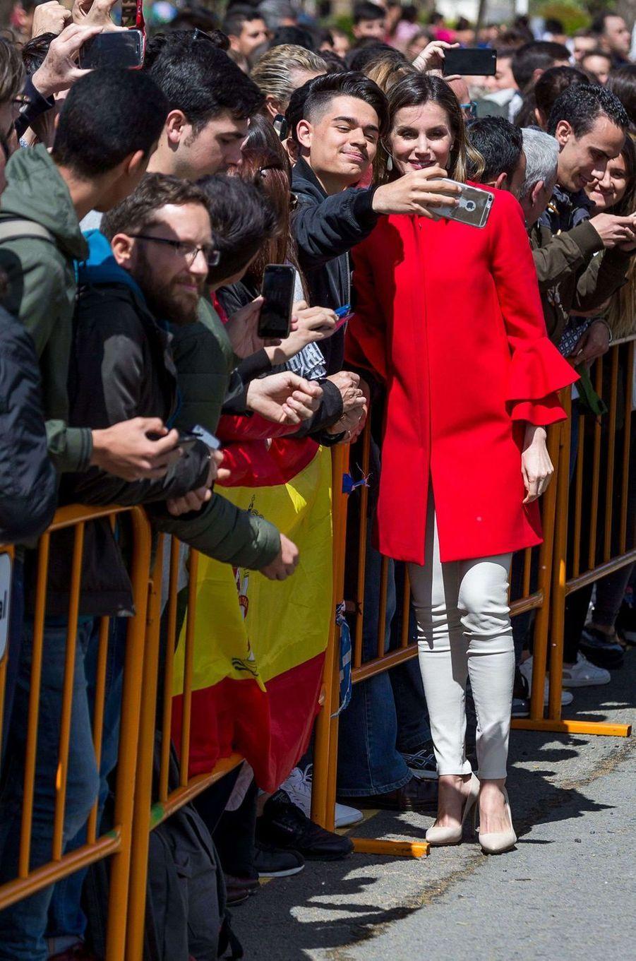 La reine Letizia d'Espagne se prête aux selfies à Huelva, le 11 avril 2018