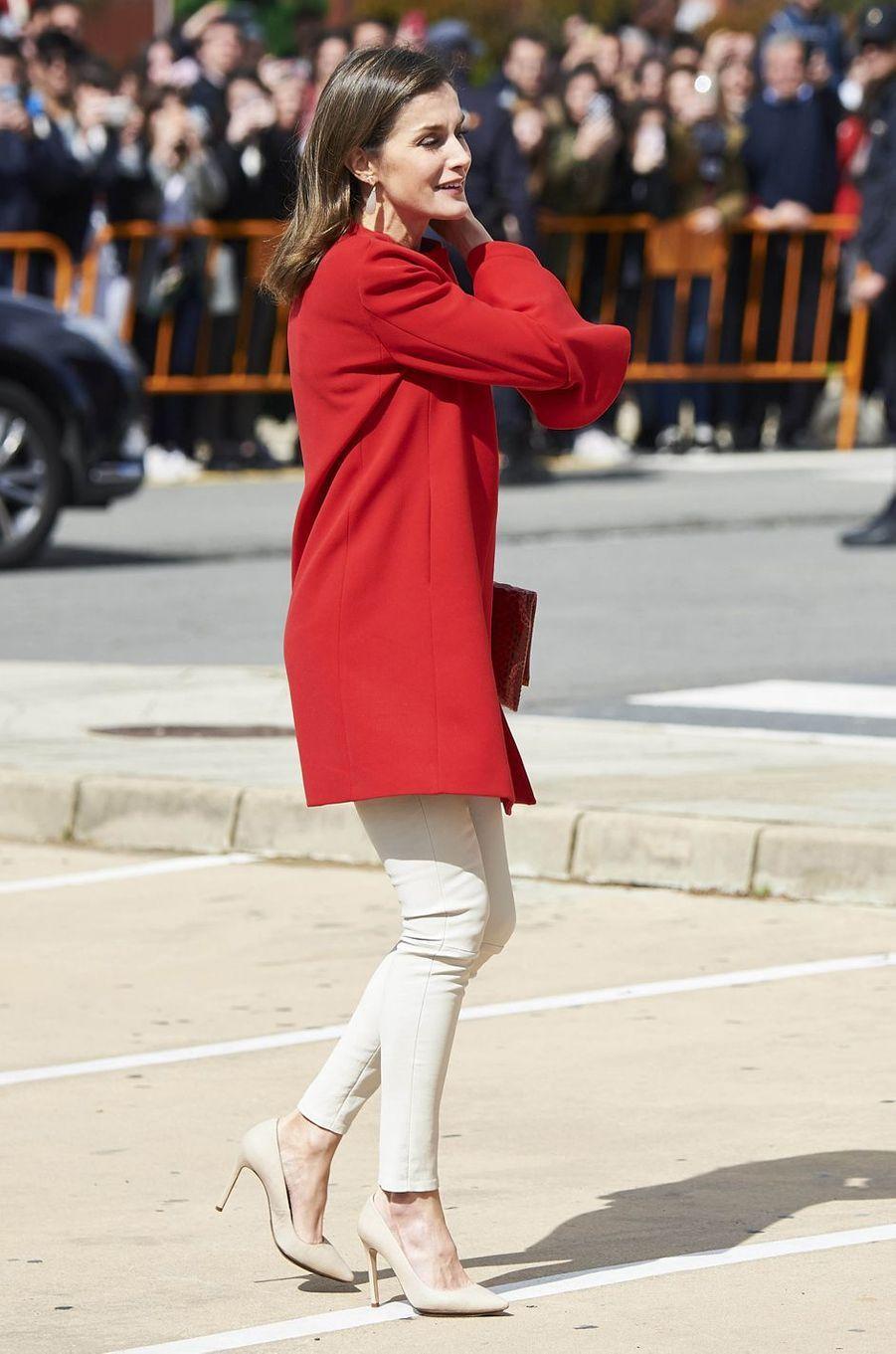 La reine Letizia d'Espagne en rouge et blanc à Huelva, le 11 avril 2018