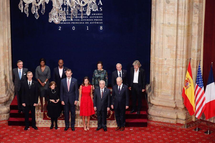 La reine Letizia et le roi Felipe VI d'Espagne avec les lauréats du Prix des Asturies 2018 à Oviedo, le 19 octobre 2018
