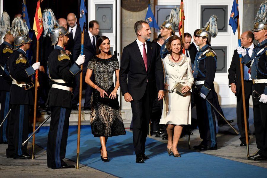 La reine Letizia, le roi Felipe VI et l'ex-reine Sofia d'Espagne à Oviedo, le 19 octobre 2018