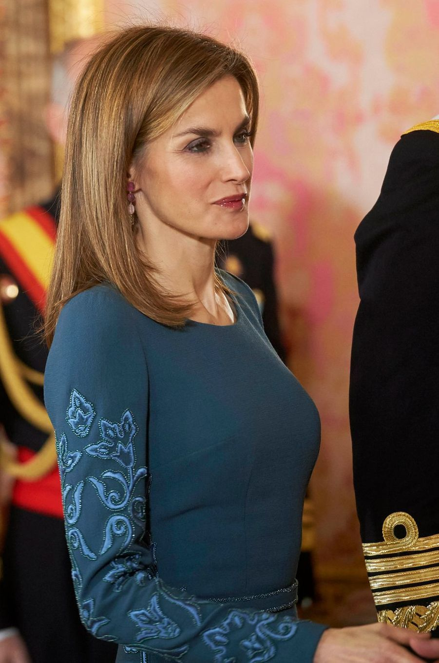 Détail de la robe de la reine Letizia d'Espagne à la Pascua Militar, le 6 janvier 2015
