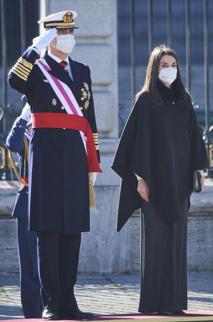 La reine Letizia d'Espagne dans sa cape Carolina Herrera à la Pascua Militar, le 6 janvier 2021