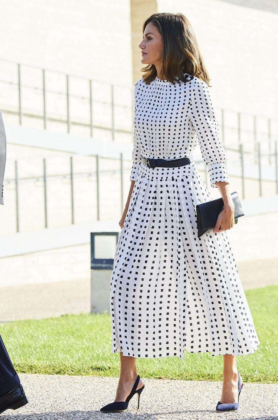 La reine Letizia d'Espagne dans une robe Massimo Dutti à Villamayor, le 18 septembre 2018