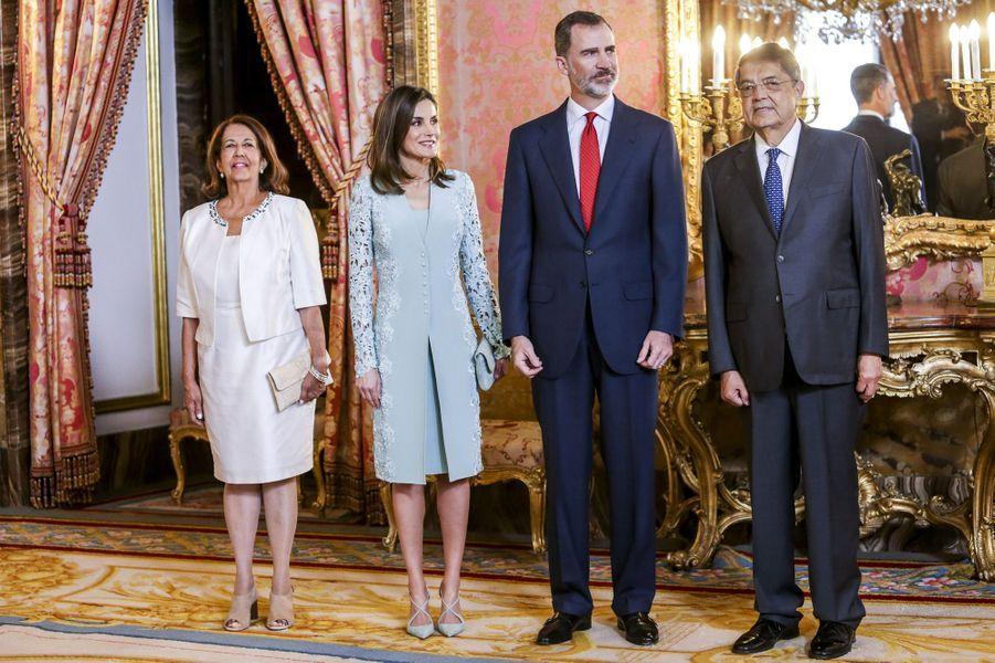 La reine Letizia et le roi Felipe VI d'Espagne avec Segio Ramirez à Madrid, le 20 avril 2018