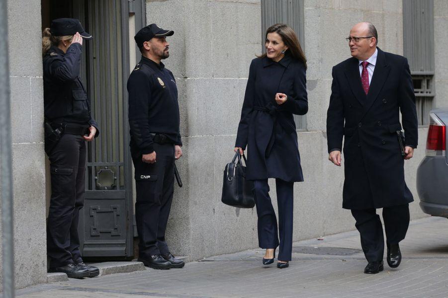 La reine Letizia d'Espagne arrive au siège de l'AECC à Madrid, le 10 janvier 2017